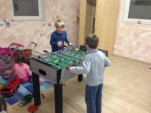 Kinder im Spielkeller